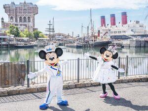 新しいデザインのコスチュームで登場したミッキーマウスとミニーマウス(C)Disney