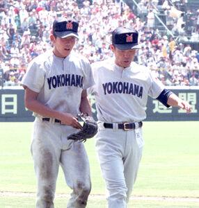 1998年8月20日の横浜対PL学園戦で、250球投げた松坂(左)をねぎらう横浜渡辺監督