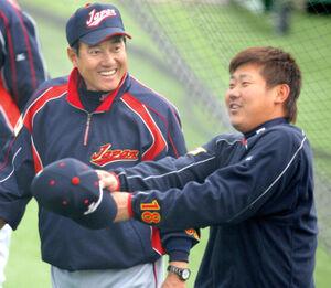 2009年WBC前の宮崎合宿で談笑する原監督と松坂