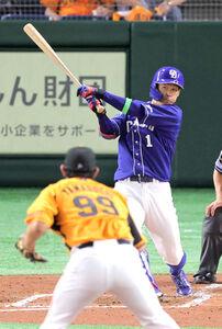 3回に右前打を放つ京田