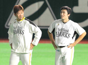 16年10月、練習中に談笑する松坂(左)と和田