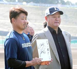 練習中に、松坂大輔(左)のインタビュー収録取材をする金村義明氏