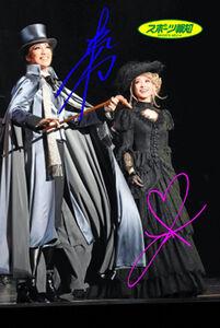 「―ホームズ」の終盤で笑顔を見せるホームズ(真風涼帆)(左)とアイリーン(潤花)