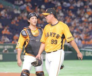 4回、無失点に抑え小林誠司(左)とベンチに戻る山口俊(カメラ・中島 傑)