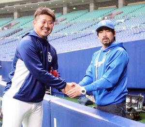 中日時代の2018年5月に小笠原ミニ大(右)と笑顔で握手した松坂大輔