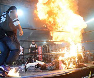 シャドウWX(左)の火炎噴射で火だるまになる大仁田厚