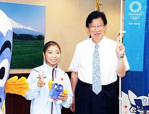静岡県庁を訪問した芦川(左)と川勝知事