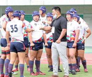 今年6月、招待試合で静岡を訪れた佐賀工の後輩たちへアドバイスを送る山村