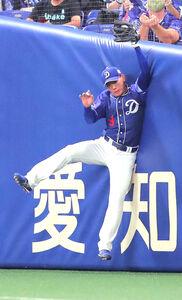 4回2死、宮﨑敏郎の飛球を右翼手・福留孝介がジャンピングキャッチ
