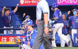 7回無死、本塁打を放った木下拓哉(右から2人目)を迎える小笠原慎之介(左)
