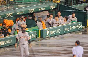 7回無死二、三塁の場面で中断の末に雨天中止がコールされ、不満げな巨人ベンチ(手前は原辰徳監督) (カメラ・豊田 秀一)