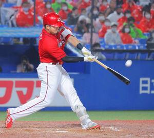 8回2死一塁、鈴木誠也が左越えに逆転の15号2ラン本塁打を放つ