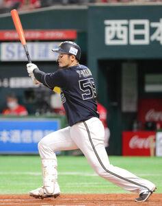7回2死一、三塁、T-岡田は2打席連続となる中越え3ラン本塁打を放つ