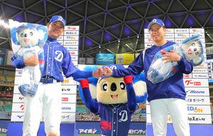 ヒーローインタビューでポーズをとる福留孝介(左)と松葉貴大