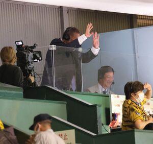 試合終了後、グラウンドから手を振る原辰徳監督、元木大介ヘッドコーチ、宮本和知コーチを見て手を振り返す清原和博氏(右は片岡篤史氏)