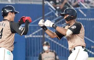 6回1死一塁、万波中正は中越えに勝ち越しの2ラン本塁打を放ち、野村 佑希(左)とグータッチ