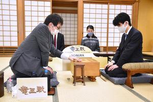 第34期竜王戦決勝トーナメントに臨んだ藤井聡太二冠(右、提供・日本将棋連盟)