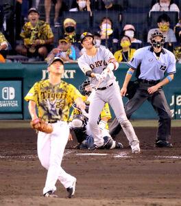 4回2死、坂本勇人が左中間にソロ本塁打を放つ