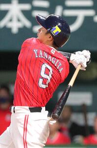 3回2死一塁、柳田悠岐は逆転となる右中間2ラン本塁打を放つ