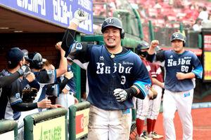 5回1死二塁、左中間に2ラン本塁打を放ち笑顔の山川穂高