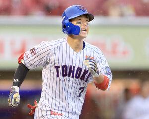 7回1死一、二塁、右越えに三点本塁打を放つ鈴木大地