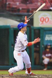8回1死二、三塁、左中間へ三点本塁打を放つ炭谷銀仁朗