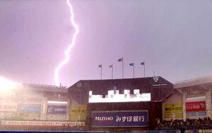 豪雨で中止、試合前、落雷も発生したZOZOマリンスタジアム