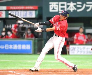 6回無死、柳田悠岐は右越えソロ本塁打を放つ