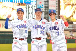 ヒーローインタビューで笑顔をみせた(左から)酒居知史、炭谷銀仁朗、鈴木大地