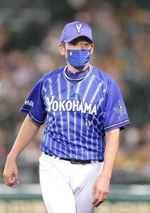 7回の攻撃を終え、投手交代を告げた三浦大輔監督
