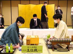 対局に臨む藤井聡太王位(左)と豊島将之竜王