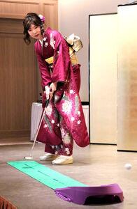 豪快なパッティングで無情のコースアウト…。厳しい表情の西山朋佳女王