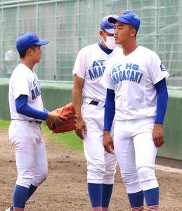 試合後の尼崎工・西原啓翔(右)