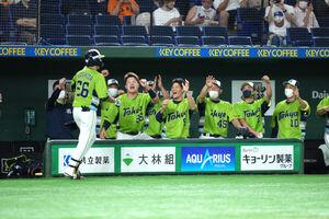 2回1死、本塁打の吉田大成を迎える村上宗隆(左)らヤクルトベンチ
