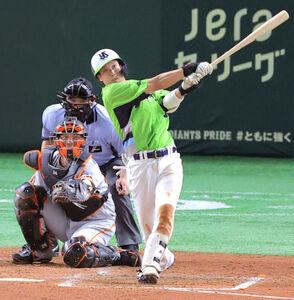 4回2死一、二塁、山田哲人は左中間に25号3ランを放つ(捕手・大城卓三)