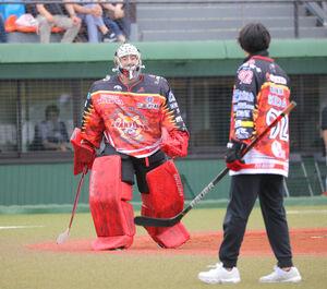 始球式を務めたひがし北海道クレインズの池田一騎(右)と捕手役の脇本侑也