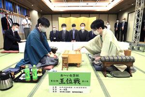 豊島将之竜王(右)の先手で始まった王位戦第2局。左は藤井聡太王位(代表撮影)