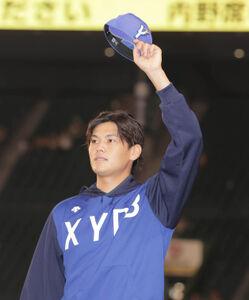 阪神に勝利、スタンドのファンにあいさつする坂本裕哉