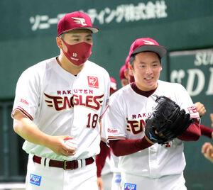 最後を締めた松井(右)から渡されたウィニングボールを手にする田中将