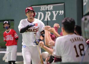 7回1死、浅村栄斗は追加点となる右越えソロ本塁打を放ち、ナインに祝福される