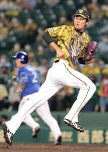 8回無死二塁、牧秀悟(奥)に左前安打を浴びた阪神5番手の藤浪晋太郎(カメラ・渡辺 了文)