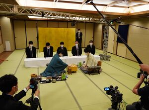 対局が再開された王位戦第2局。藤井聡太王位(左)対豊島将之竜王