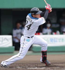 4回2死三塁、先制の中越え適時二塁打を放つ野村佑希