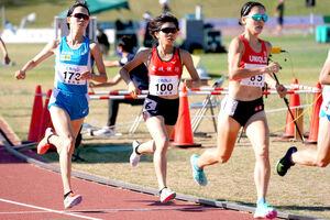 女子1500メートルで力走する山中柚乃(中央)