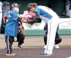 侍ジャパン壮行セレモニーで代表して花束を受け取る伊藤大海(右)