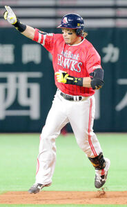 5回無死一塁、松田宣浩は右越え2ラン本塁打を放つ