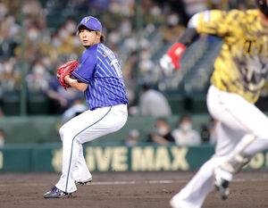 9回1死一塁、代打・木浪聖也(右)の投ゴロを一塁へ送球する三嶋一輝