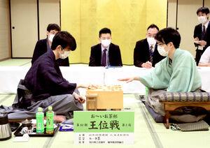 王位戦第2局で豊島将之二冠(右)に勝ち、感想戦で対局を振り返る藤井聡太王位(代表撮影)