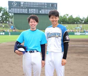 ボールボーイを務めた弟の大介さん(左)と笑顔を見せる杉浦稔大