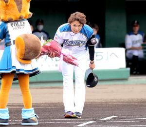 侍ジャパン壮行セレモニーで代表して花束を受け取る伊藤大海